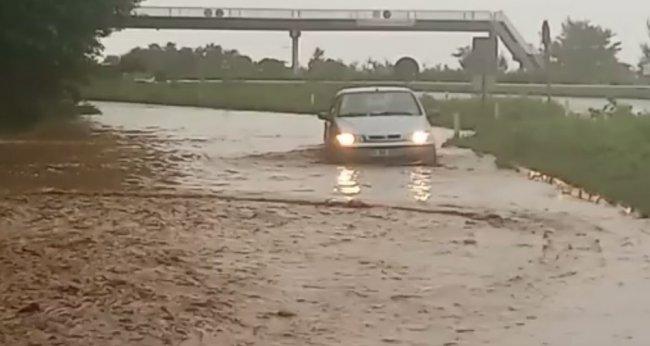 Yağmur uyarısı Pazar'ı vurdu